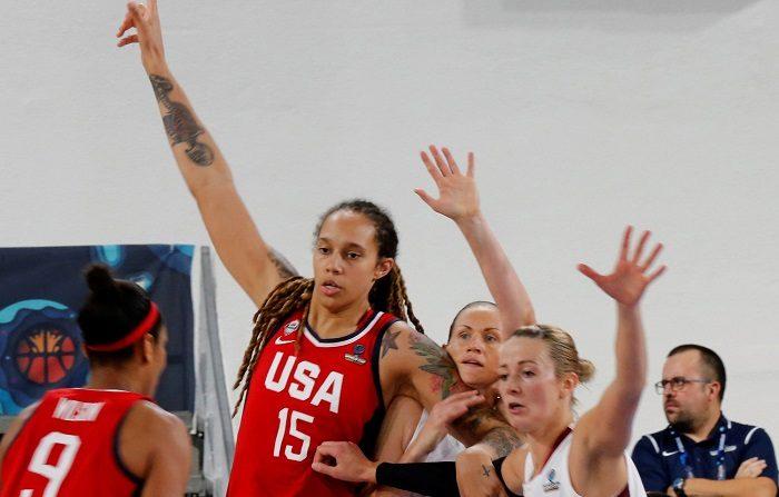 La jugadora de EEUU, Brittney Griner (2i), y las jugadoras de Letonia Aija Brumermane (2d) y Aija Putnina (d) durante el partido de la tercera jornada de la fase de grupos de la decimoctava edición de la Copa del Mundo de Baloncesto Femenino FIBA 2018, que se disputa en el Pabellón Quico Cabrera de Santa Cruz de Tenerife. EFE/Elvira Urquijo A.