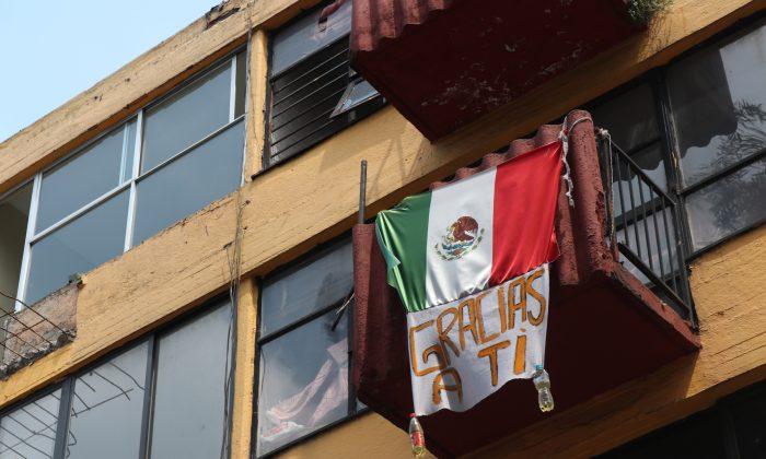 """Una bandera mexicana con un cartel que dice """"gracias a ti"""" en un edificio de Multifamiliar Tlalpan, una urbanización al sur de la Ciudad de México que sufrió muchos daños durante el terremoto de México de 2017, el 19 de septiembre de 2018. (Tim MacFarlan/Especial para La Gran Época)"""