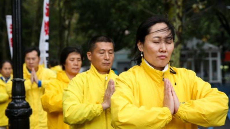 Practicantes de Falun Dafa se manifiestan contra la persecución a la práctica espiritual frente a la Asamblea de Naciones Unidas en Nueva York, el 25 de septiembre de 2018. (Samira Bouaou/La Gran Época)