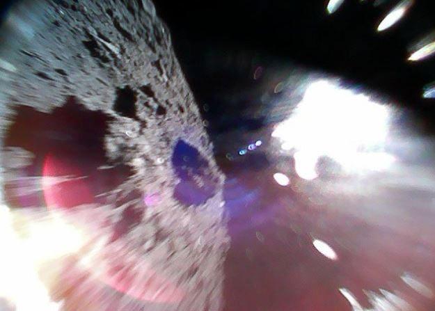 Un par de rover exploradores japoneces aterrizaron en la superficie del asteroide Ryugu e iniciaron una investigación, (Agencia Espacial Japonesa Xaja),