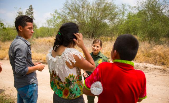 La agente supervisora de la Patrulla Fronteriza Marlene Castro habla a un grupo de menores no acompañados que acababan de cruzar ilegalmente el río Bravo desde México a los Estados Unidos, en el condado de Hidalgo, Texas, el 26 de mayo de 2017. (Benjamin Chasteen/La Gran Época)