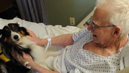 Un devoto abuelo canta alabanzas a Dios hasta su último aliento y emociona a todos