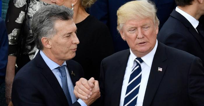 El presidente de Argentina, Mauricio Macri (izq.), estrecha la mano del presidente de Estados Unidos, Donald Trump, antes de un concierto en la sala Elbphilharmonie durante la Cumbre del G20 en Hamburgo, Alemania, el 7 de julio de 2017. (Crédito de la foto de JOHN MACDOUGALL/AFP/Getty Images)