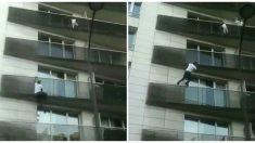 Condenan al padre del niño colgado de un balcón en París rescatado por un improvisado hombre araña