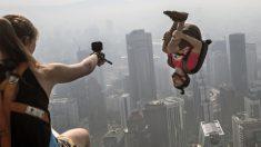 Se lanzan al vacío desde la torre KL de Malasia en el deporte más peligroso del mundo