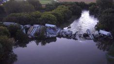 Impactantes imágenes de un tren de carga que descarriló sobre un río en Iowa