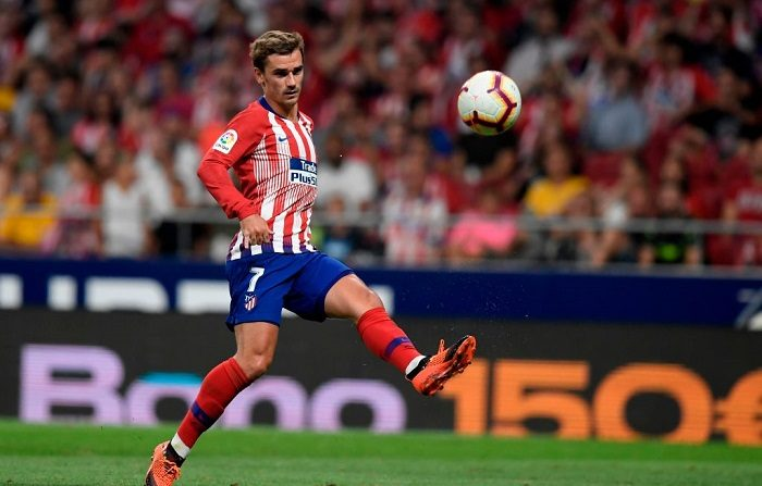 Atletico Madrid's French forward Antoine Griezmann eyes the ball during the Spanish league football match between Club Atletico de Madrid and Rayo Vallecano at the Wanda Metropolitano stadium in Madrid on August 25, 2018. (Photo by GABRIEL BOUYS / AFP)        (Photo credit should read GABRIEL BOUYS/AFP/Getty Images)