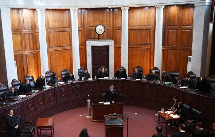 Miembros de la Corte Suprema de Filipinas, encabezados por su recién nombrada Presidenta de la Corte Suprema Teresita de Castro (reverso C), escuchan los argumentos orales sobre la petición de dimisión, el máximo tribunal de Filipinas escuchó argumentos en contra de la decisión del presidente de renunciar a la Corte Penal Internacional, que está examinando su mortífera guerra contra las drogas, y sus defensores la calificaron de inconstitucional. (Foto de TED ALJIBE / AFP) (El crédito de la foto debe leer TED ALJIBE/AFP/Getty Images)  Traducción realizada con el traductor www.DeepL.com/Translator
