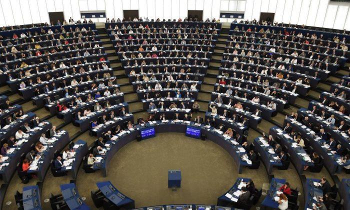 Miembros del Parlamento Europeo participan en una votación durante una sesión plenaria en el Parlamento Europeo en Estrasburgo, Francia, el 12 de septiembre de 2018. (Frederick Florin/AFP/Getty Images)
