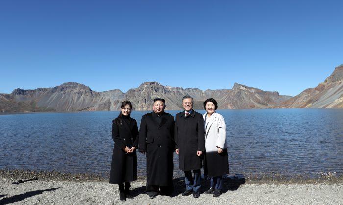 El líder de Corea del Norte Kim Jong Un (2°Izq.) y su esposa Ri Sol Ju (Izq.) posan junto con el presidente de Corea del Sur, Moon Jae-in (2° Der.), y su esposa Kim Jung-sook (Der.) en la cima del Monte Paektu, Corea del Norte. (Pyeongyang Press Corps/Pool/Getty Images)