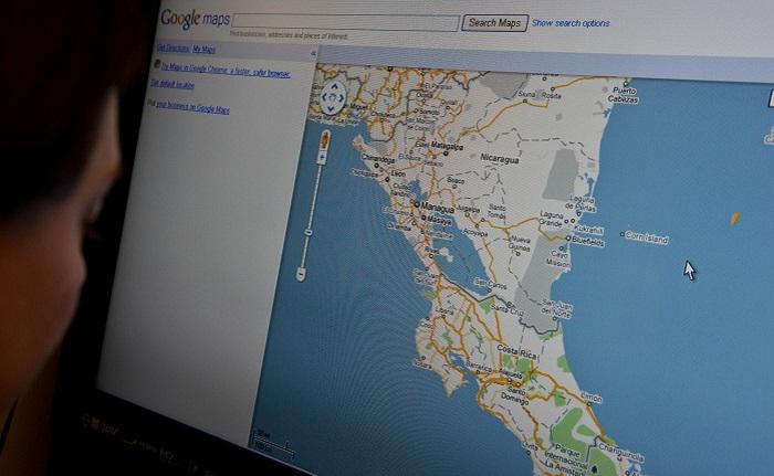 Una mujer mira el mapa de Google de México, Nicaragua y Costa Rica. AFP PHOTO/Nicholas KAMM (El crédito de la foto debe leer NICHOLAS KAMM/AFP/Getty Images)