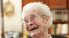 Conmovedora escena de una anciana con alzheimer cuando reconoce a su nieta