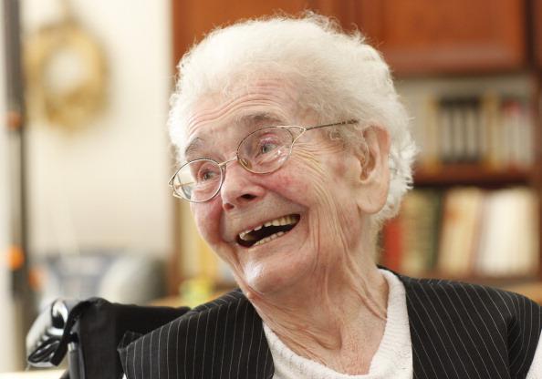 Imagen de archivo.. Una anciana se ríe cuando su terapeuta le muestra un escena divertida. (Ralph Orlowski/Getty Images)
