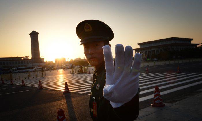 Un policía paramilitar chino gesticula afuera de la sesión de apertura del Congreso quinquenal del Partido Comunista Chino en el Gran Salón del Pueblo en Beijing, el 8 de noviembre de 2012. (MARK RALSTON/AFP/Getty Images)