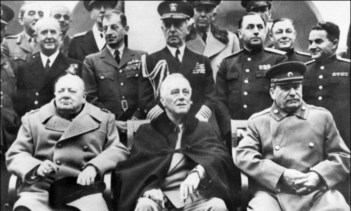 El Primer Ministro británico Winston Churchill (izq), el Presidente de EE. UU. Franklin Delano Roosevelt (centro) y el Secretario General del Partido Comunista Soviético, Joseph Stalin (der) posan al comienzo de la Conferencia de las potencias aliadas en Yalta, Crimea, el 4 de febrero de 1945. (STF/AFP/Getty Images)