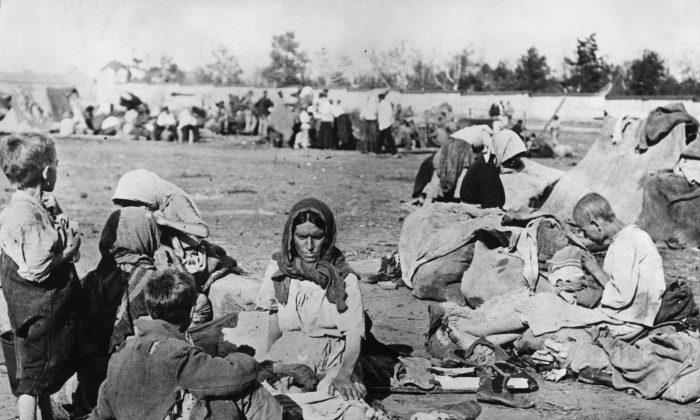 En harapos y descalzos, familias rusas famélicas en el área de Volga durante la Hambruna Rusa en octubre de 1921. (Topical Press Agency/Getty Images)
