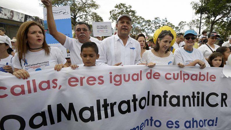 Manifestación contra el abuso infantil, lo que puede ocasionar irritabilidad y orinarse en la cama. AFP PHOTO / EzequielBECERRA (El crédito de la foto debe leer EZEQUIEL BECERRA/AFP/Getty Images)
