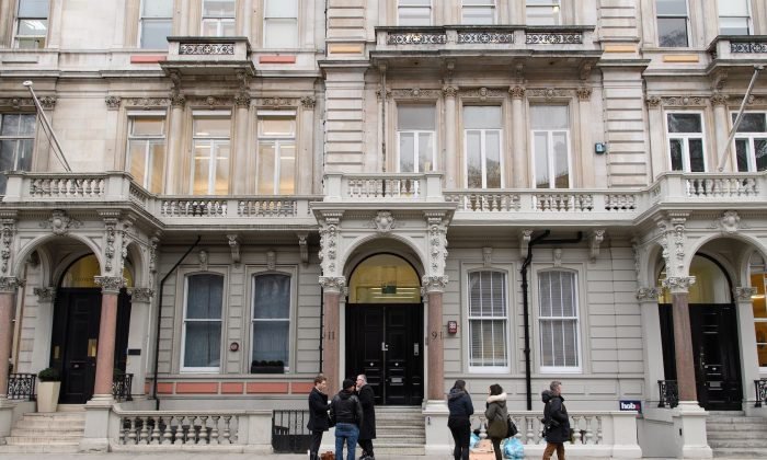 Periodistas se reúnen frente a la sede de Orbis Business Intelligence, la empresa dirigida por el ex funcionario de inteligencia Christopher Steele, en Londres el 12 de enero de 2017. (Leon Neal/Getty Images)