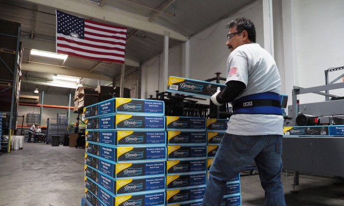 Un trabajador de la fábrica de Hollywood Bed Frame Company, California, el 14 de abril de 2017. (Robyn Beck/AFP/Getty Images)