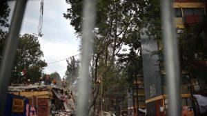 En tiendas de campaña mexicanos se sienten en el olvido un año después del sismo