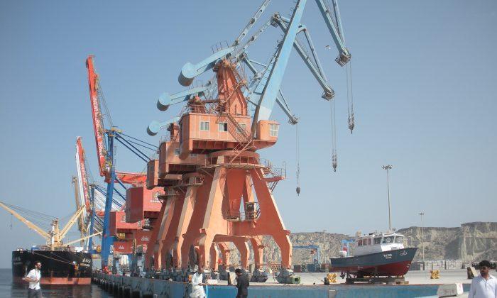 """El puerto de Gwadar en Pakistán, un proyecto de infraestructura multimillonario en el que China invirtió como parte de su iniciativa """"Un cinturón, Una Ruta"""". Beijing también tiene la ambición de extender la iniciativa al Ártico, abriendo rutas marítimas que formarían la """"Ruta Polar de la Seda"""". (Amelie Herenstein/AFP/Getty Images)"""