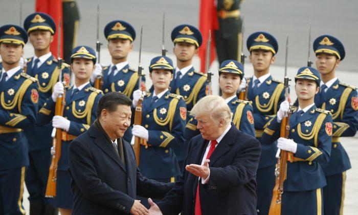 El líder chino Xi Jinping saluda al presidente estadounidense Donald Trump en una ceremonia de bienvenida en Beijing, el 9 de noviembre de 2017. (Thomas Peter-Pool/Getty Images)