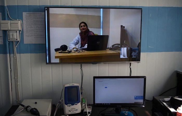 Esta fotografía, una doctora habla durante una entrevista con un periodista por medio de software especializado desde un centro de tratamiento de telemedicina en línea dirigido por el gobierno. Esta metodología se podrá utilizar en los diferentes estados de México. FOTOGRAFÍA DE AFP / AAMIR QURESHI / TO GO WITH: Pakistan-health-technology, FEATURE by Sajjad Tarakzai (La foto debe leer AAMIR QURESHI/AFP/Getty Images)