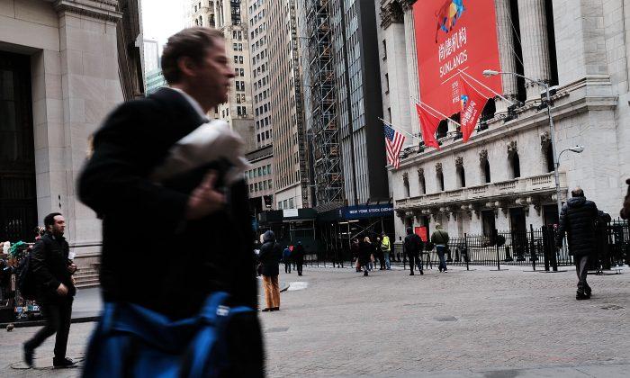 La Bolsa de Nueva York, con una bandera nacional china colgada al frente, el día de la salida a bolsa de una empresa china en Estados Unidos, el 23 de marzo de 2018. (Spencer Platt/Getty Images)