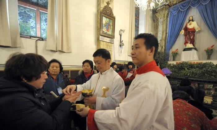 Fieles chinos asisten a la Sagrada Comunión durante la Misa de Navidad en una iglesia católica en Beijing el 24 de diciembre de 2009. Alrededor de 15 millones de protestantes y cinco millones de católicos rinden culto en iglesias oficiales, según datos oficiales de China. (Liu Jin/AFP/Getty Images)