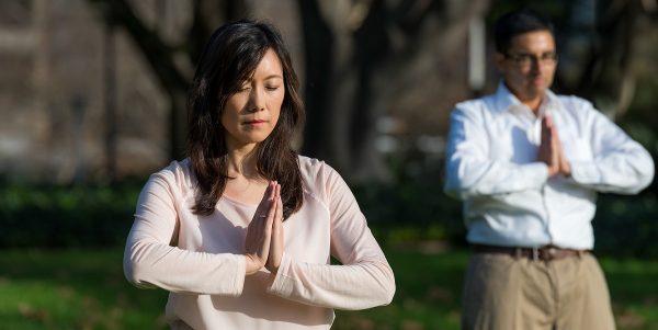 La gente practica los ejercicios de Falun Dafa en un parque en Sydney, Australia, el 26 de junio de 2017. (EMMA MORLEY)