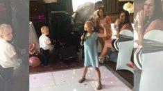 Momento conmovedor cuando una niña de 6 años con cáncer canta en la boda de un amigo de la familia