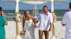 En plena boda, este novio salva a un adolescente de ahogarse en el mar