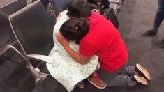Madre se desmorona al reunirse con su hijo después de ser separados hace un mes en la frontera