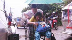 Incansable niño de 12 años se dedica a su madre discapacitada mientras asiste a la escuela