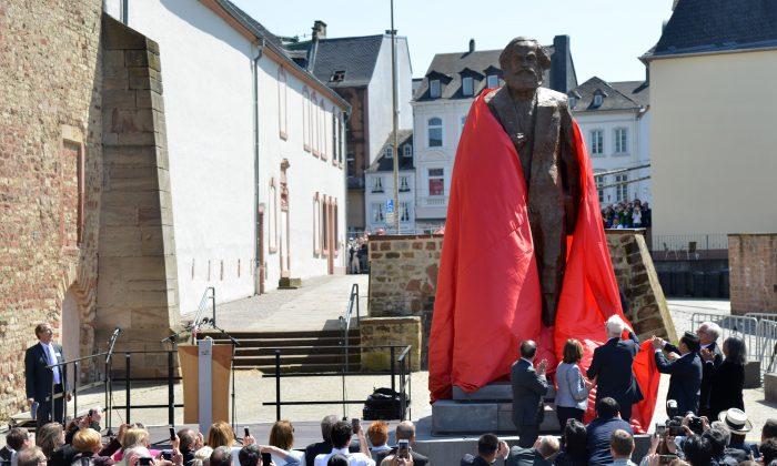 Visitantes presenciando la inauguración de una estatua del pensador comunista alemán Karl Marx el 5 de mayo de 2018 en su ciudad natal de Trier, en el sudoeste de Alemania. (HARALD TITTEL/AFP/Getty Images)