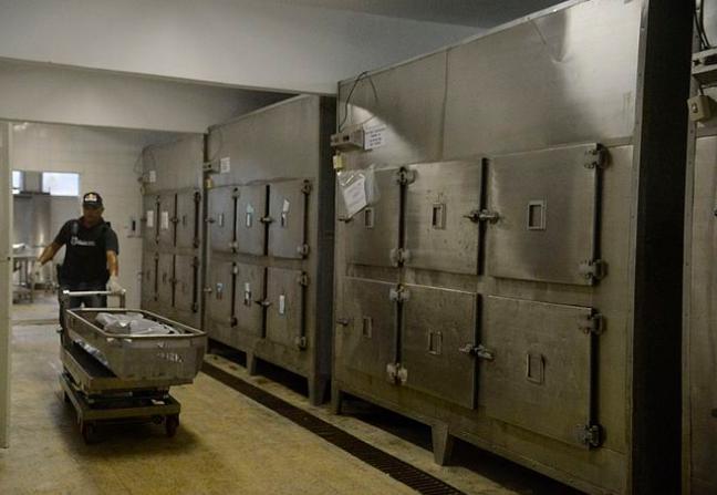 Despierta en la morgue y regresa a la fiesta donde 'murió' bebiendo
