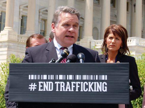 El representante de los EE. UU. Para Nueva Jersey, Chris Smith, llama al presidente Donald Trump para instar a China a detener la sustracción forzada de órganos (© Chris Smith )