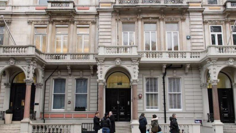 Periodistas se reúnen frente a la sede de Orbis Business Intelligence, la empresa dirigida por el exagente de inteligencia Christopher Steele, el 12 de enero de 2017 en Londres, Inglaterra. (Leon Neal/Getty Images)