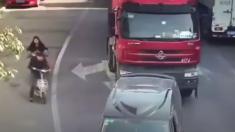 Este ciclista fue arrollado por un camión de carga, pero la suerte estuvo de su lado. Es impactante
