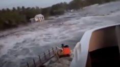 Filma tsunami de Indonesia desde un barco mientras es empujado a Tierra y el puerto es destruido