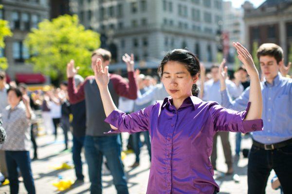 La gente practica los ejercicios de Falun Gong en Union Square en Nueva York mientras celebran el Día Mundial de Falun Dafa el 12 de mayo de 2016. (Benjamin Chasteen / La Gran Época)