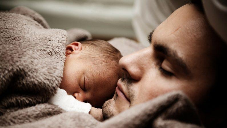 Padre abraza a su bebé. (Créditos: Imagen de PublicDomainPictures en Pixabay)