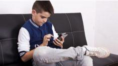 Francia prohíbe a sus estudiantes utilizar teléfonos celulares en las salas de clases