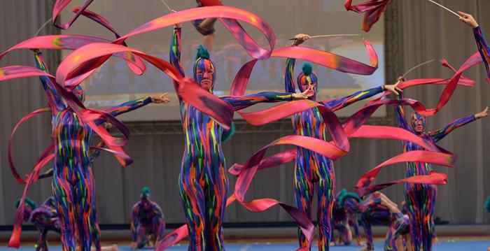 La vibrante y colorida rutina de este grupo lleva la gimnasia a otro nivel