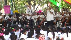 Orquesta de Acapulco lleva música a escuelas para aislar a niños de violencia
