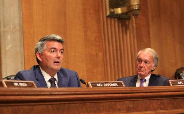 El senador republicano de Colorado, Corey Gardner, habla en una audición del Senado sobre el desafío militar planteado por China. (Jennifer Zeng / La Gran Época)