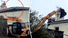 Vecinos usan retroexcavadora para evitar que el techo se escape durante la tormenta Ali