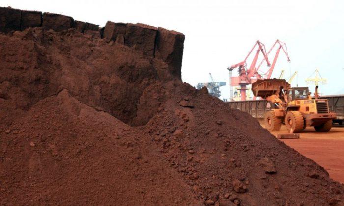 Una máquina transporta mineral de tierras raras para exportarlo a Japón en el puerto de Lianyungang, en la provincia de Jiangsu, en el este de China, en septiembre de 2010. (STR/AFP/Getty Images)