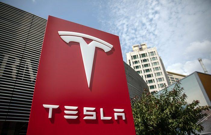 Tesla y General Electric se disparan en la bolsa tras sus cambios directivos. De las dos, Tesla fue la que más avanzó, un 17,35 %, en reacción al acuerdo de su fundador, Elon Musk, con la autoridad bursátil de EE.UU. para cerrar la causa por fraude abierta contra él a raíz de sus polémicos tuits de agosto, en los que informó de su posible intención de sacar a Tesla de la bolsa. EFE/Archivo