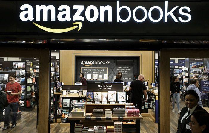 Amazon anuncia que subirá su salario mínimo a 15 dólares la hora. Clientes asisten a una librería física abierta por la compañía Amazon en Nueva York, Estados Unidos. EFE/Archivo